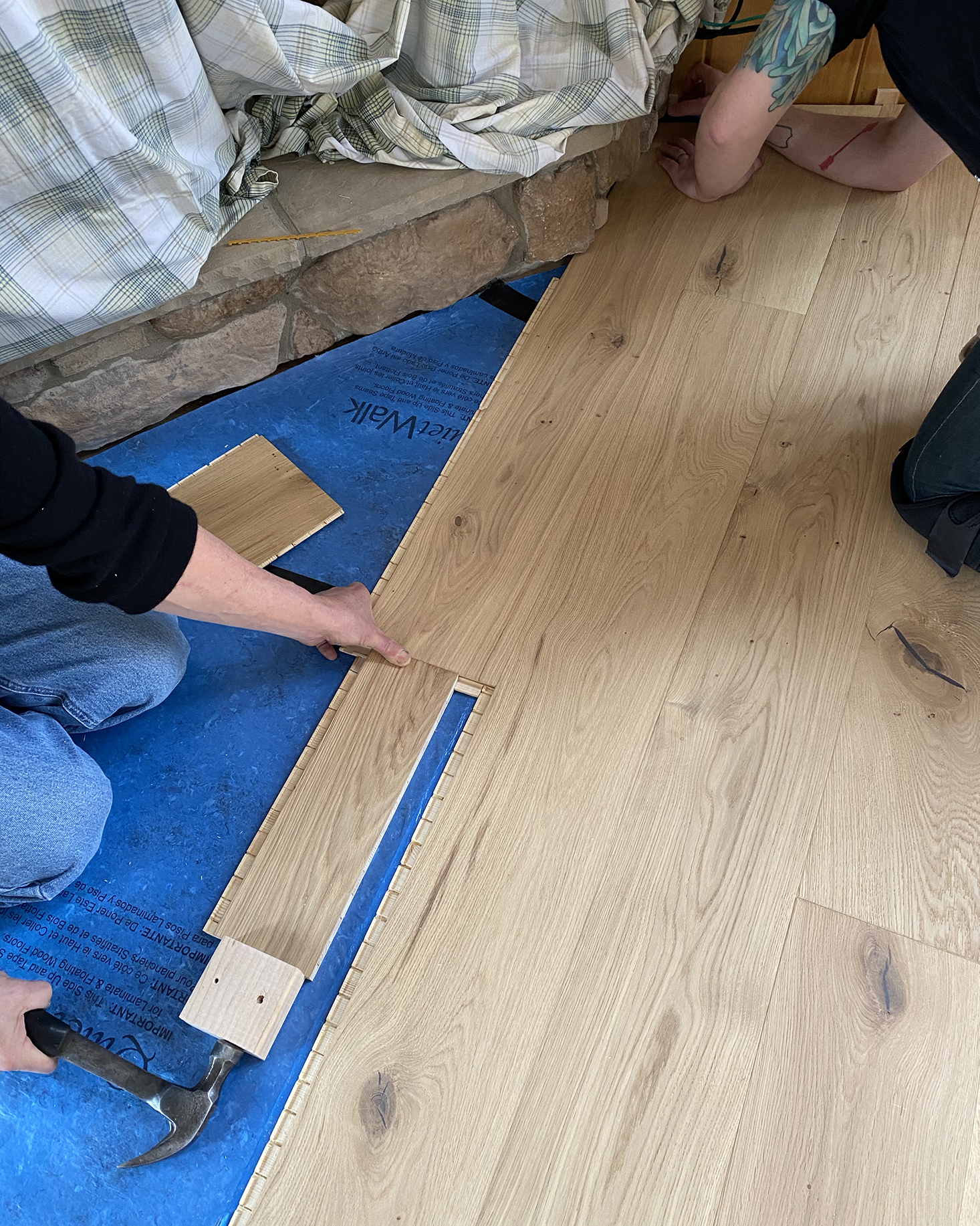 Tapping stuga boards in under fireplace